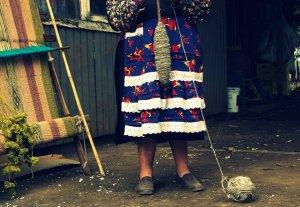 L'artisane Icelia, en train de filer la laine.