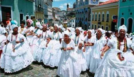 Tenues rituelles du candomblé à Salvador de Bahia Crédit : Conexão Jornalismo