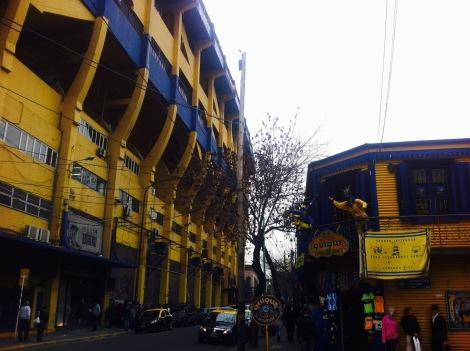 (Le stade de la Bombonera situé au cœur du quartier populaire de La Boca. Crédit photo : Maxime de Braquilanges)