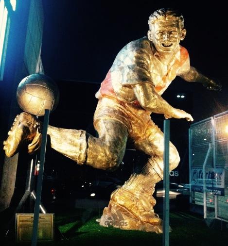 Statue à la gloire d'Angel Labruna, idole du club River Plate, située à l'entrée du stade. Crédit photo : Maxime de Braquilanges)